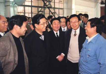胡锦涛与职工亲切交谈