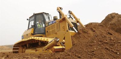 【工况应用】SEM818D 湿地型推土机,作为全新湿地型解决方案,低接地比压设计同时保证多种履带板通用性,更好地满足多样化工况需求,既可覆盖特别松软的烂泥工况,同时兼顾日常土方工况要求,工况适应性更广,从而更好地适应各种基础设施建设,土石方工程、道路建设、市政建设、水利建设、农田改造等行业的应用。